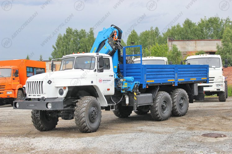 Фото: Бортовой автомобиль Урал 4320 (капотный) с КМУ ИМ-240