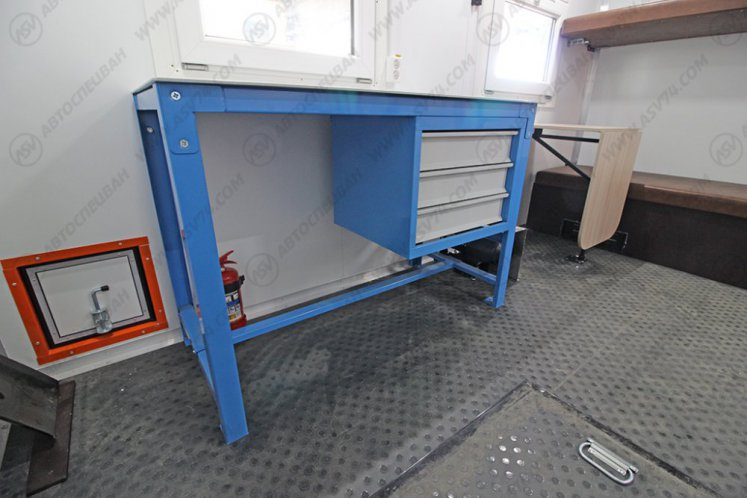 Фото: Передвижная мастерская КамАЗ 43118-3027-50 с бортовой платформой и КМУ